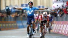 Carapaz levanta los brazos en la cuarta etapa del Giro. (AFP)