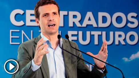 El presidente del PP, Pablo Casado durante el mitin que ofrecido en el Auditorio infanta Elena de Águilas. Foto: EFE