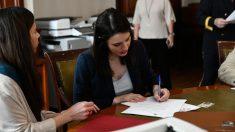 Irene Montero, Podemos, firmando la documentación para acreditarse como diputada tras las elecciones generales del pasado 28-A. Foto: EP