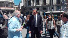 Javier Ortega Smith, candidato de Vox a la alcaldía de Madrid dando un paseo por la capital española. Foto: EP