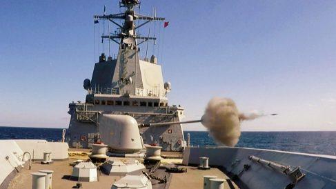 La fragata 'Méndez Núñez' durante un ejercicio militar con fuego real.