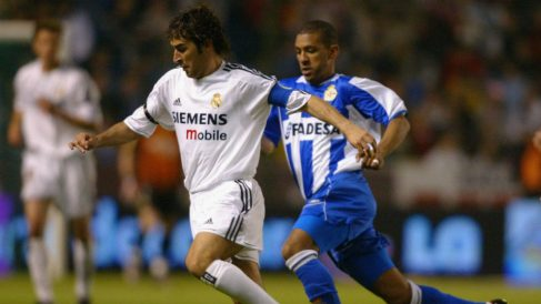 Djalminha con Raúl González durante un Deportivo – Real Madrid (AFP)