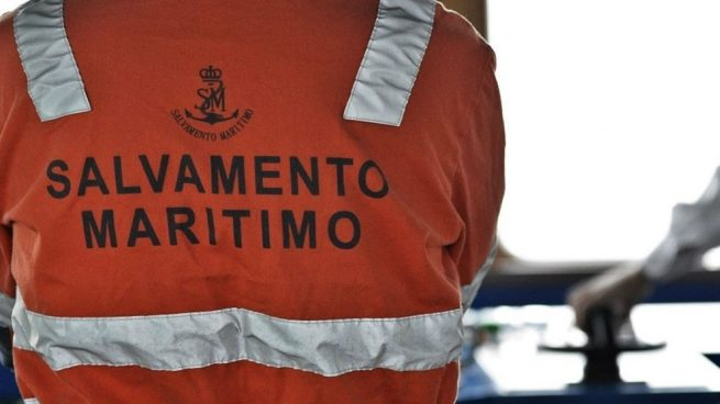 Evacuan a 14 tripulantes de un buque incendiado frente a la Bahía de Palma