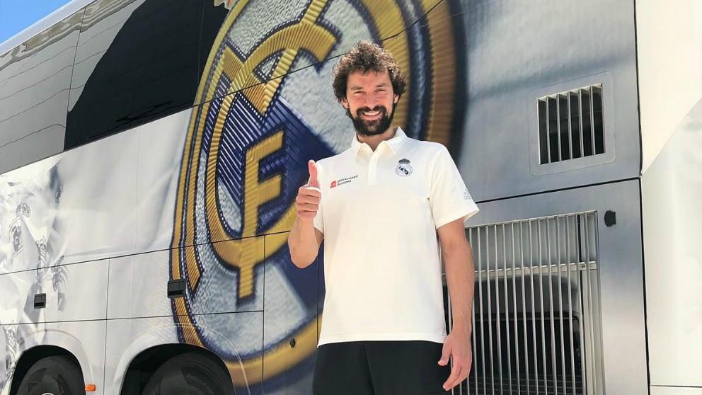Sergio Llull posa antes de viajar a Vitoria. (Twitter)