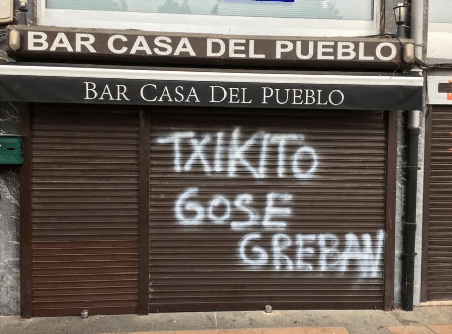 Un grupo de desconocidos lanza una botella incendiaria contra la sede socialista de Lasarte-Oria