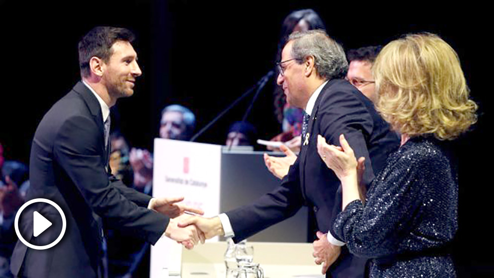 Torra entrega a Messi la Cruz de Sant Jord. (EFE)