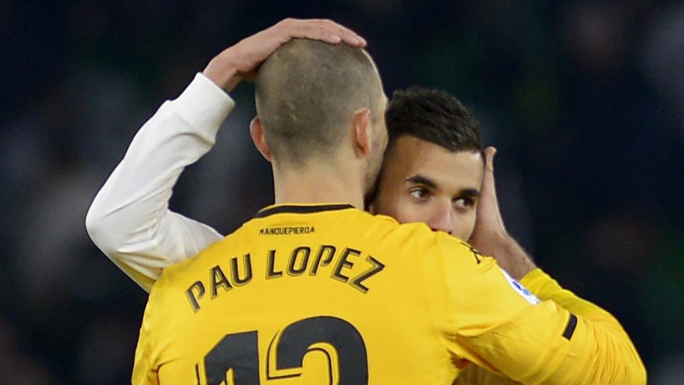 Pau López se abraza con Dani Ceballos (AFP)