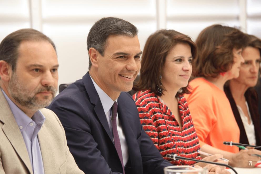 Pedro Sánchez junto a José Luis Ábalos y Adriana Lastra. @Twitter