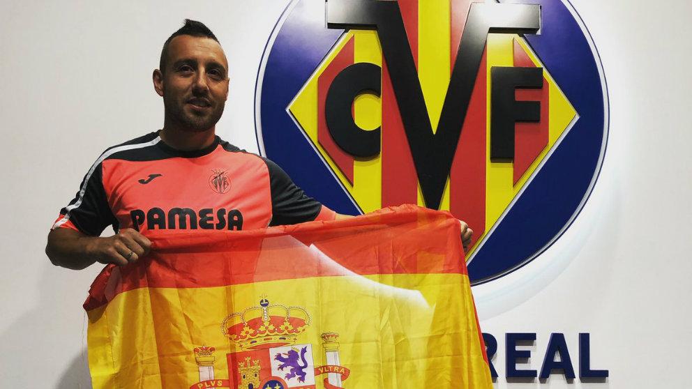 Santi Cazorla posa con la bandera de España (@VillarrealCF)
