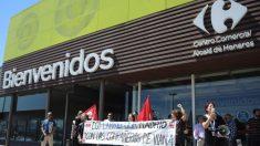 Representantes sindicales se representan en favor de los trabajadores del Carrefour de Viana