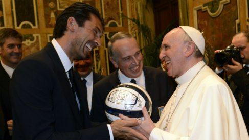 El Papa Francisco junto a Buffon. (Getty)