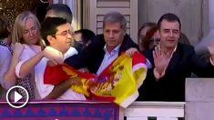 Gerardo Pisarello quitó la bandera de España del balcón del Ayuntamiento de Barcelona en 2015
