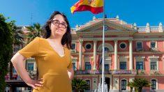 La candidata de la lista del Partido Popular al Ayuntamiento de Murcia Susana Polo, una de las cuatro personas con síndrome de Down que hay en España en candidaturas políticas municipales, posa frente a la casa consistorial durante un momento de la entrevista que ha concedido a EFE. Foto: EFE