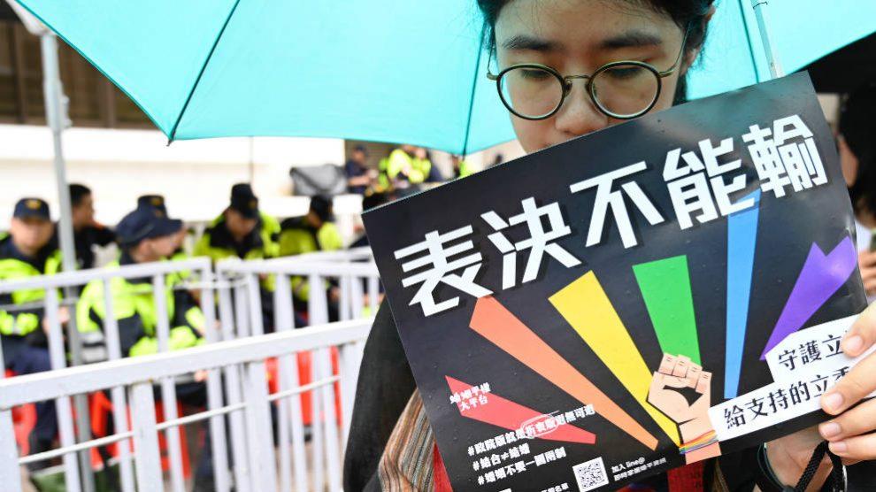 Una manifestante a favor del matrimonio homosexual a las puertas del parlamento de Taiwan