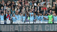 Los jugadores del Manchester City de Guardiola levantan la FA Cup. (Getty)