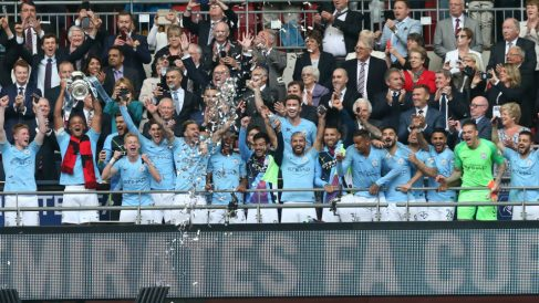 Los jugadores del Manchester City de Guardiola levantan la FA Cup. (Getty)