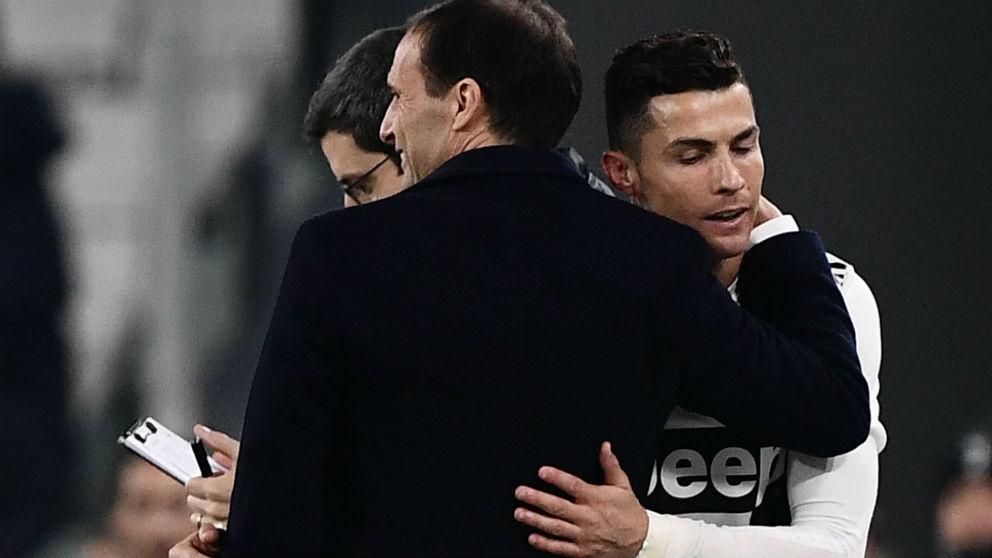 Cristiano Ronaldo se abraza a Massimiliano Allegri. (AFP)