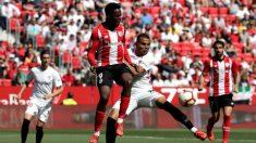 Iñaki Williams ante el Sevilla en el Sánchez Pizjuán (EFE)