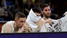 Los jugadores del Real Madrid se lamentan en el banquillo del Buesa Arena. (EFE)