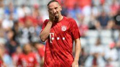 Franck Ribery llora en el homenaje que recibió junto a Robben y Rafinha por parte del Bayern de Múnich. (AFP)