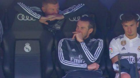 Bale y Kroos bromean en el banquillo.