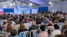 Alberto Núñez Feijoó en un mitin este último domingo de campaña electoral en la localidad coruñesa de Ribeira dentro de una carpa abarrotada por casi medio millar de personas. Foto: EP