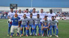 Los jugadores del Fuenlabrada, antes del partido. (CF Fuenlabrada)