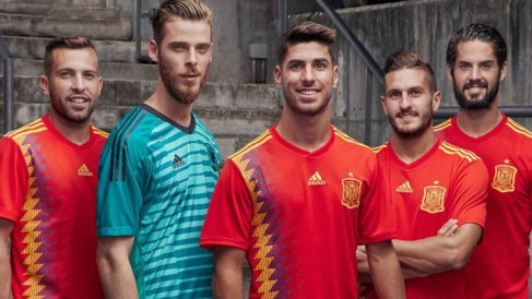 Adidas lleva más de dos décadas vistiendo a la selección española.