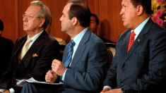 El ex embajador español en Caracas, Raúl Morodo, junto a José Bono y el ex presidente de Venezuela, Hugo Chávez. @ EFE