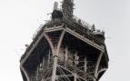Cierran la Torre Eiffel hasta nueva orden tras descubrir a un hombre escalándola