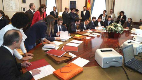 Oriol Junqueras (3d), de ERC, y Jordi Sànchez (4i) y Josep Rull (5d) de JxCat, tramitan sus actas parlamentarias este viernes en el Congreso de los Diputados, previo al acto de constitución de las Cortes. (Foto: Europa Press)