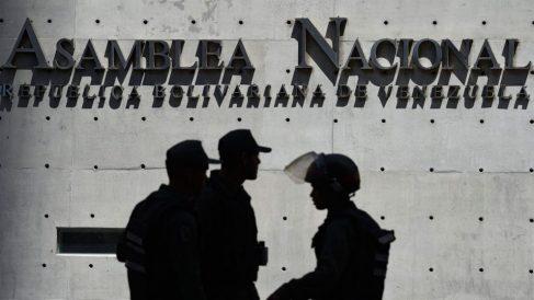 Miembros de la Guardia Nacional Bolivariana a las afueras de la Asamblea Nacional de Venezuela. Foto: AFP