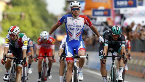 Démare celebra su triunfo en el Giro de Italia. (AFP)