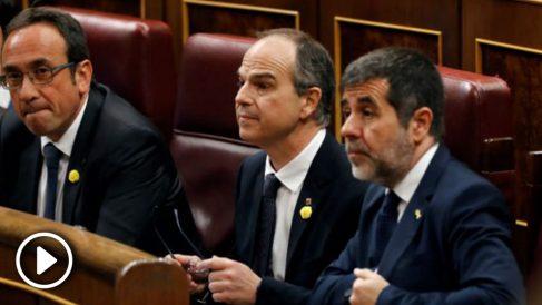 Los diputados electos de JxCAT en prisión preventiva Josep Rull, Jordi Sànchez (d) y Jordi Turull (c), antes del inicio de la sesión constitutiva de las nuevas Cortes Generales que se celebra este martes en el Congreso de los diputados de Madrid. EFE/Ballesteros