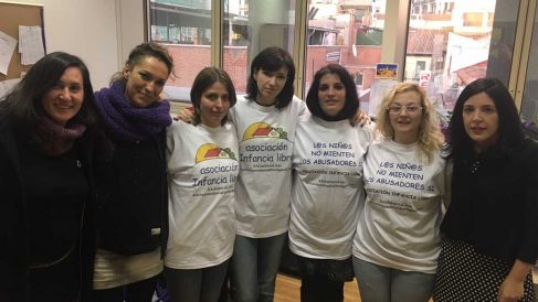 Integrantes de la asociación Infancia Libre, con Podemos en el Senado.
