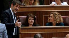 Meritxell Batet conversa co Jordi Sànchez. Foto: EFE