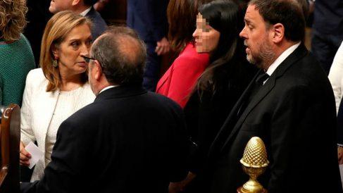 La expresidenta del Congreso Ana Pastor (i) y el diputado electo de ERC en prisión preventiva Oriol Junqueras (d), durante la sesión constitutiva de las nuevas Cortes Generales que se celebra este martes en el Congreso de los Diputados. Foto: EFE