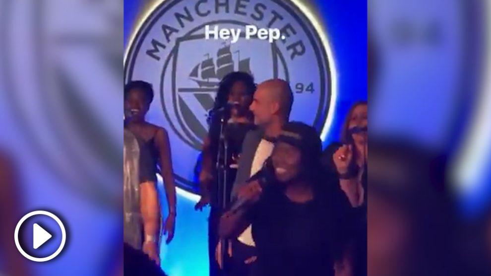 Pep Guardiola bailando 'Like a Prayer' durante la celebración del Manchester City