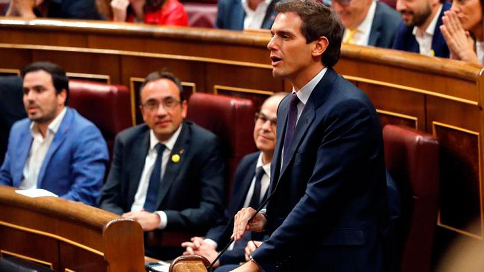 .El líder de Ciudadanos,Albert Rivera, jura su cargo, durante la sesión constitutiva de las nuevas Cortes Generales de la XIII Legislativa que se celebra este martes en el Congreso de los Diputados. Foto: EFE