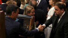 Pedro Sánchez se saluda con Oriol Junqueras en el Congreso de los Diputados