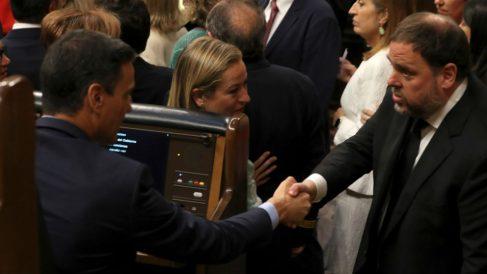 El jefe del Gobierno en funciones, Pedro Sánchez, saluda al diputado preso y líder de ERC, Oriol Junqueras. (Foto: EFE)