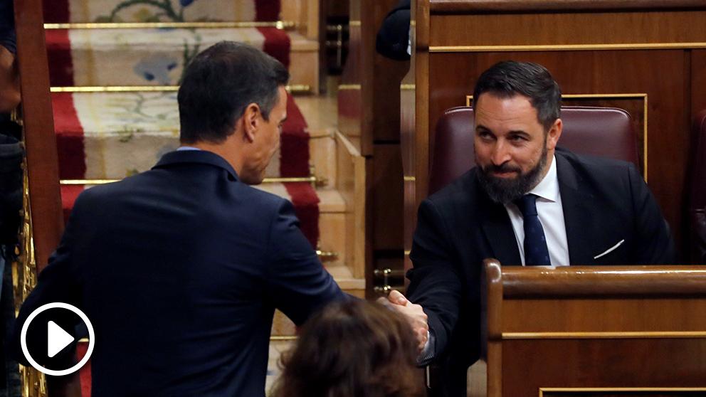 Pedro Sánchez saluda al líder de Vox, Santiago Abascal, antes del inicio de la sesión constitutiva de las nuevas Cortes Generales. Foto: EFE.
