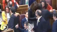 Inés Arrimadas saludando y hablando con Jordi Turull, Josep Rull y Jordi Sànchez
