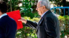 El exembajador de España en Venezuela Raúl Morodo, a quien la Fiscalía acusa de blanquear en España 4,5 millones de euros relacionados con el expolio a la estatal Petróleos de Venezuela S.A. (PDVSA), a su salida este miércoles de la Audiencia Nacional tras declarar ante el juez Santiago Pedraz. Foto: EFE