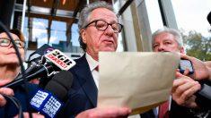 El célebre actor Geoffrey Rush leyendo la condena que obliga a un periódico australiano a indemnizarle con casi 3 millones de dólares por acusarle de acoso sexual. Foto: EP