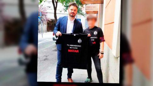 Gabriel Rufián posa con una camiseta de apoyo a los funcionarios de prisiones.