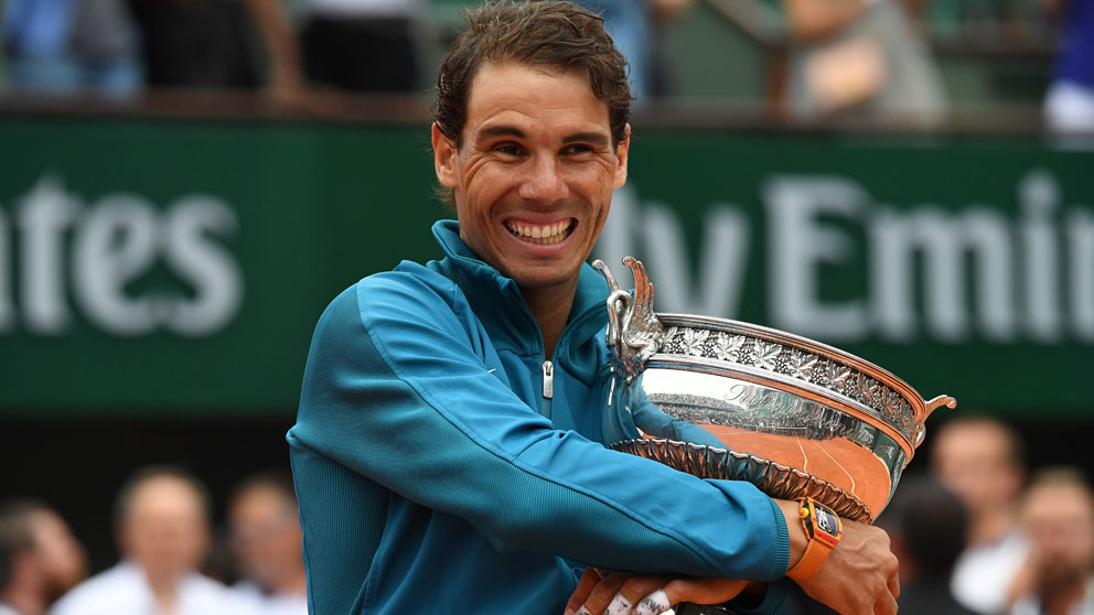Rafa Nadal abraza el título de Roland Garros en 2018.