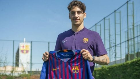 Ludovit Reis posa con la camiseta del Barcelona. (fcbarcelona.es)