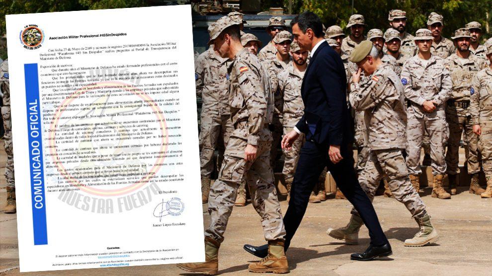 Pedro Sánchez junto a militares españoles en una visita al extranjero.