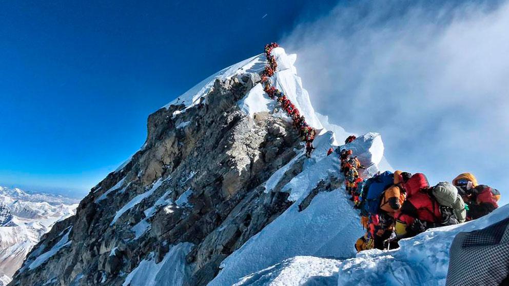 Colas de varias horas para llegar a la cumbre del Everest durante la ventana de buen tiempo entre dos temporales. Foto: AFP